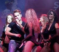 Morandi urca pe scena cu bodyguarzi