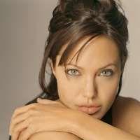Angelina Jolie se muta