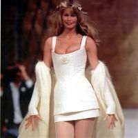 Claudia Schiffer isi tine hainele intr-un hangar