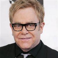 Elton John si-a serbat cea de-a 62 aniversare intr-un fast food