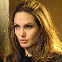 Angelina Jolie joaca intr-un film inspirat de romanele Patriciei Cornwell