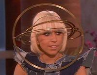 """Lady Gaga a purtat o """"orbita"""" pe cap"""
