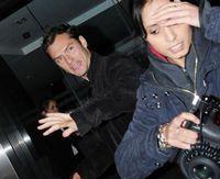 Jude Law a lovit o femeie paparazzo