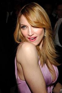 Pantofii donati de Madonna, expusi intr-un club din Bucuresti