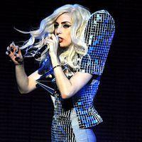 Lady Gaga a izbucnit in lacrimi pe scena