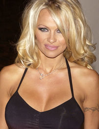 Pamela Anderson vine in Romania