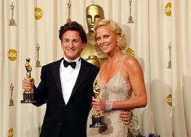 Charlize Theron şi Sean Penn, surprinşi împreună la restaurant