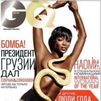 Naomi Campbell, topless cu un şarpe