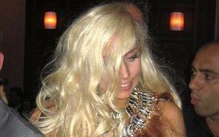 Lady GaGa: după carne, s-a îmbrăcat în păr