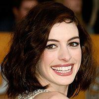 Anne Hathaway îi susţine pe adolescenţii agresaţi în licee