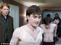 "Daniel Radcliffe cu sutien, în ""Harry Potter and the Deathly Hallows"""