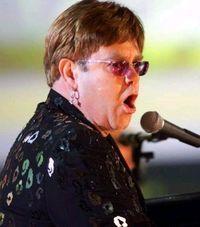 Elton John, drogat de prieteni ca să cânte mai mult la pian