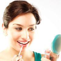 5 cosmetice care n-ar trebui să-ţi lipsească din geantă
