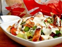 Salată cu pui la grill şi crutoane
