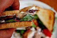 Sandwich cu pui rece şi salată