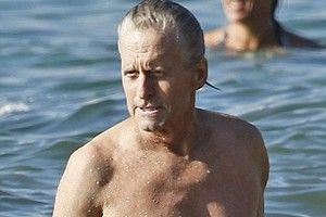 Michael Douglas a scăpat de cancer!