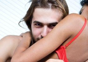 9 chestii care-i trec prin cap când te vede dezbrăcată
