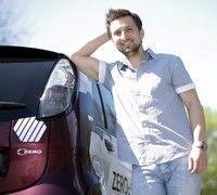 Dani Oţil merge la birou cu maşina electrică