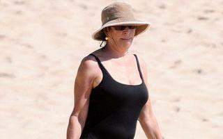 Anjelica Huston, sexy în costum de baie la 60 de ani