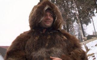 Cătălin Măruţă, deghizat în urs, a fost agresat de nişte turişti