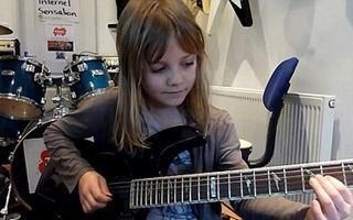 Video: o fetiţă de 8 ani uimește pe internet cântând rock la chitară