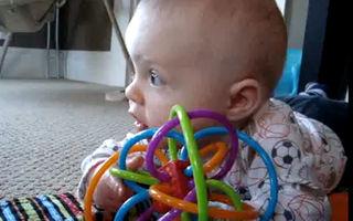 VIDEO: Un bebeluş a învăţat să imite mişcările câinelui