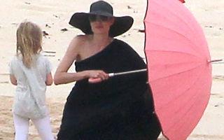 Familia Pitt-Jolie la plajă: cum s-au distrat vedetele şi cei şase copii ai lor