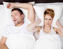 8 trucuri pentru a-l face pe iubitul tău să nu mai sforăie