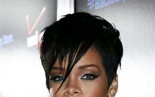 Rihanna s-a pozat cu perfuzii