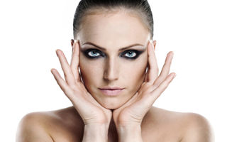 5 trucuri de machiaj care îţi fac ochii să pară mai mari