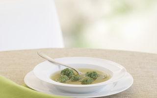 Supă de pui cu găluşte de spanac