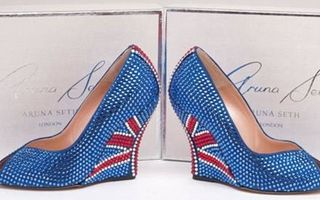 Poți să încalți așa ceva? Pantofii cu 3.000 de cristale Swarovski