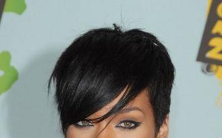 Scandal: Rihanna, furată de contabili