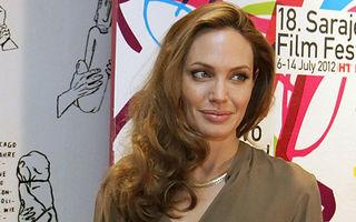 Angelina Jolie şi-a etalat inelul de logodnă - FOTO