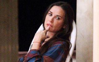 Demi Moore, singură şi neconsolată: Ashton Kutcher i-a frânt inima