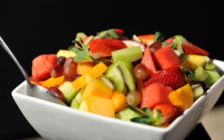 Salata de fructe cu lamâi, miere si menta