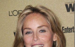 Sharon Stone, pozată în sutien la Bucureşti