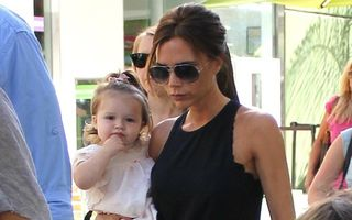 Apariţie de vedetă: Fiica Victoriei Beckham face furori cu săndăluţele ei