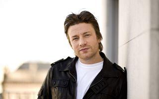 Brad Pitt l-a angajat pe Jamie Oliver