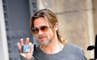 Brad Pitt şi-a schimbat look-ul - FOTO
