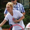 Britney Spears, cu pantalonii uzi