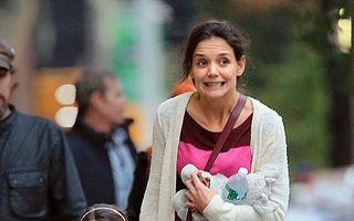 Katie Holmes vrea să înfieze o fetiţă