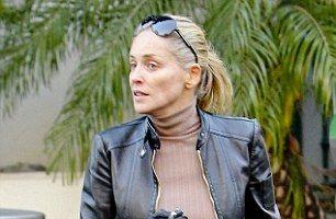 Sharon Stone, în pantaloni scurţi şi fără machiaj