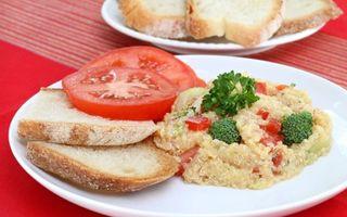 Salată de quinoa cu broccoli şi ardei roşu