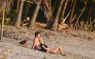 """""""Hannah Montana"""" şi Liam Hemsworth, romantici şi sexy pe o plajă din Costa Rica"""