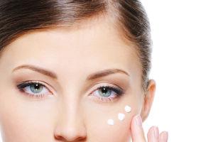 Crema de ochi: Cât de importantă e și ce ingrediente trebuie să conțină
