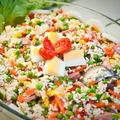 Salată de orez cu ton, porumb şi mazăre