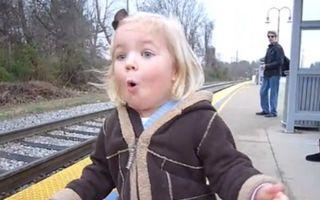 Video amuzant: Cum reacţionează o fetiţă de trei ani când vede pentru prima dată un tren sosind în gară