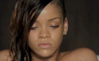 Rihanna, fără machiaj şi fără haine, în noul videoclip