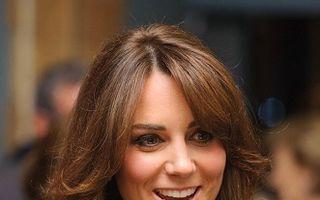 Kate Middleton, pozată însărcinată, în costum de baie